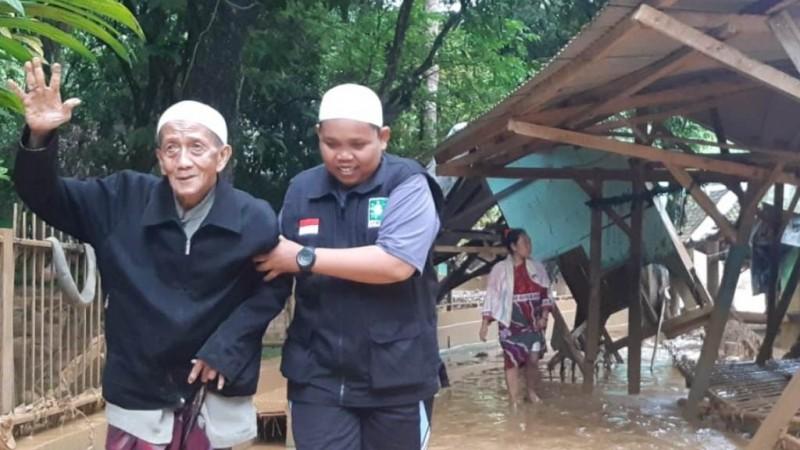 Gerak Cepat LPBINU Banten Bantu Korban Banjir Bandang di Lebak