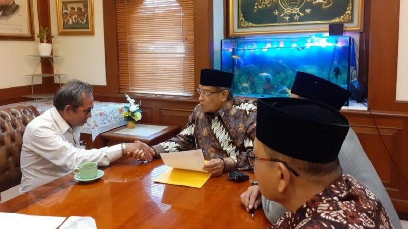 Kiai Said Bimbing Pria Asal Manado Masuk Islam