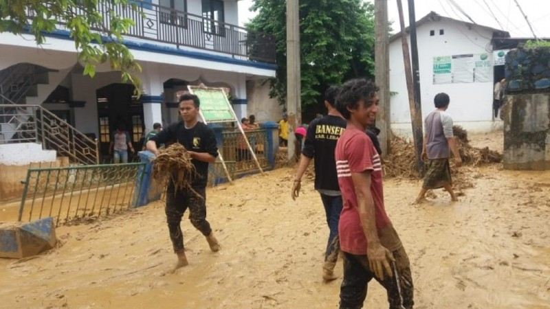 Gerakan Pemuda (GP) Ansor dan Barisan Serbaguna Ansor (Banser) Nahdlatul Ulama (NU) Kabupaten Lebak, Banten berjibaku membersihkan beberapa bangunan yang penuh dengan lumpur di Lebak, Kamis (2/1).
