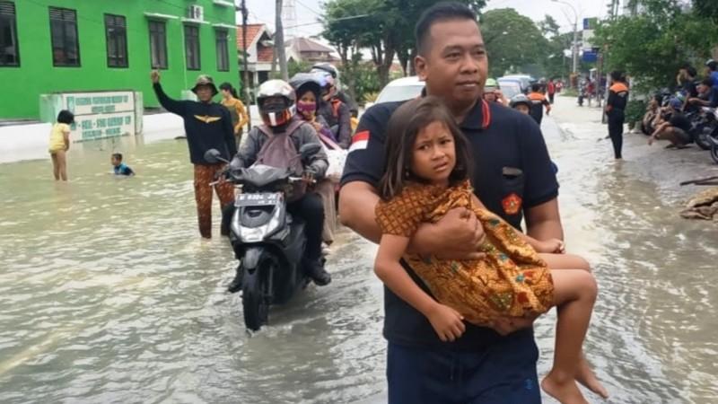 Banser dan CBP KPP IPNU-IPPNU Bantu Korban Banjir di Gresik