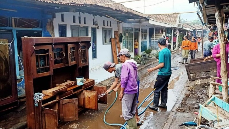 Korban Banjir Bandang di Bondowoso Terbantu dengan Perhatian NU