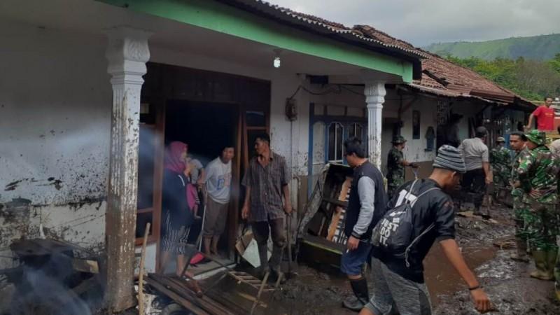 ISNU Situbondo Bantu Warga Terdampak Banjir di Bondowoso