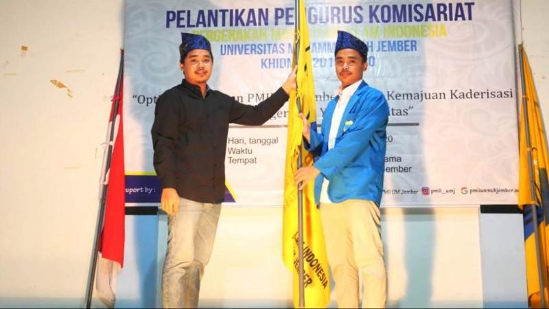 Saat pelantikan PMII UMJ dan serah terima dari pengurus lama kepada Fandi Winata (kanan) selaku ketua baru. (Foto: NU Online/Aryudi AR)