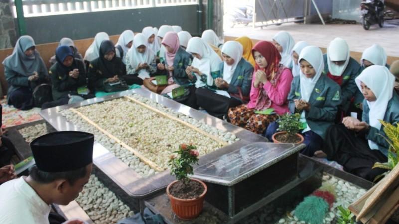 Pelajar NU Pangkah Napak Tilas Tokoh Kabupaten Tegal