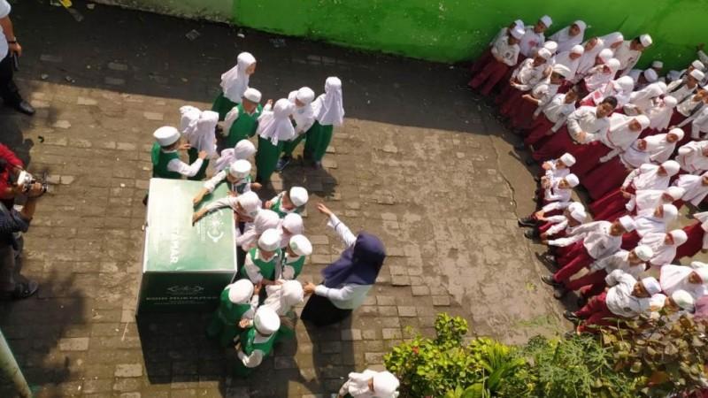 Siswa TK Hingga SMP Al-Hikmah Dewantara Surabaya Sukesakan Koin Muktamar