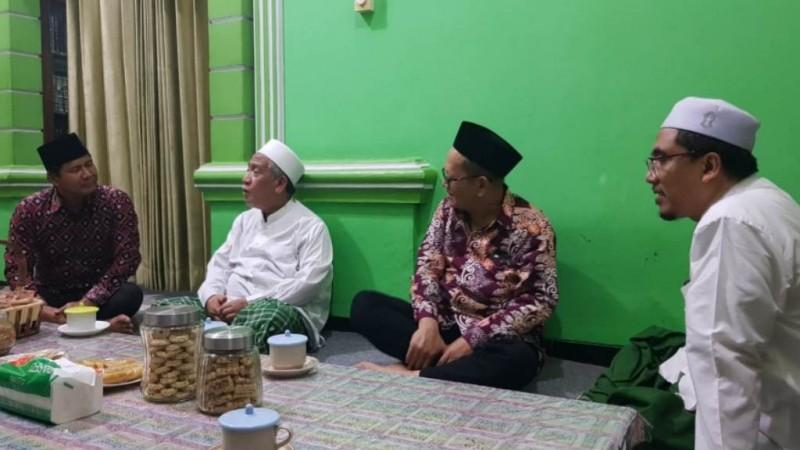 Wakil Ketua Umum PBNU H Maksum Mahfoedz (kedua dari kanan) didampingi Sekretaris Panitia Munas dan Konbes NU 2020 H Imdadun Rahmat (paling kiri) saat menyampaikan alasan penundaan Munas kepada tuan rumah di Sarang, Rembang, Kamis (12/3). (Foto: istimewa)
