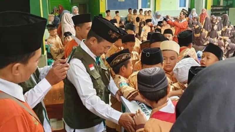 Santri dan Siswa MI Al-Hidayah Ramai-ramai Galang Koin Muktamar