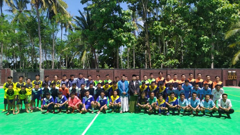 Tim futsal berpose bersama PC RMINU di sela turnamen di Jember. (Foto: Dok. RMINU Jember)