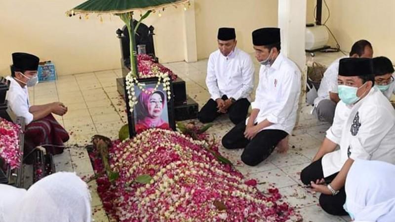 Berbaju Putih, Presiden Jokowi Antarkan Ibunda Ke Peristirahatan Terakhir