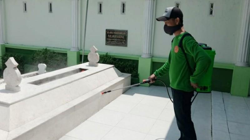 Cegah Covid-19, Kawasan Makam Mbah Wahab Disemprot Pakai Disinfektan