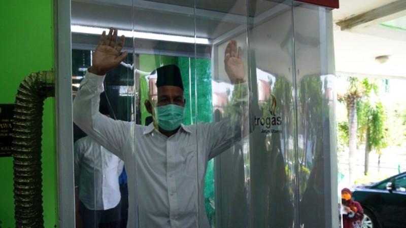 KH Marzuki Mustamar, Ketua PWNU Jatim  memasuki bilik sterilisasi di lantai dua kantor setempat. (Foto: NU Online/Rof Maulana)