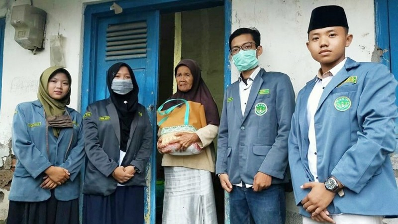 Pandemi Covid-19, Pelajar NU Kabupaten Tegal Bagikan Paket Sembako untuk Warga Terdampak