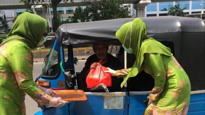Muslimat NU Bagi Sembako dan Masker untuk Ringankan Beban Dampak Covid-19