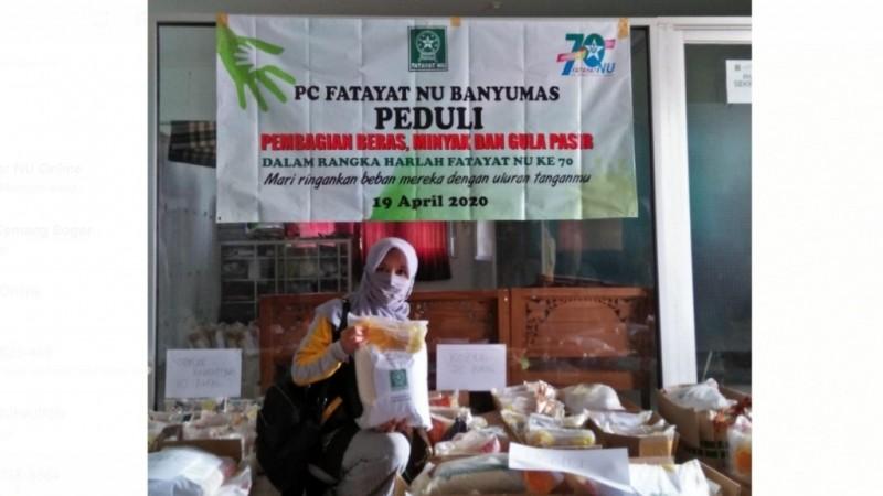 Fatayat NU Banyumas Beri Bantuan untuk Warga Terdampak Covid-19