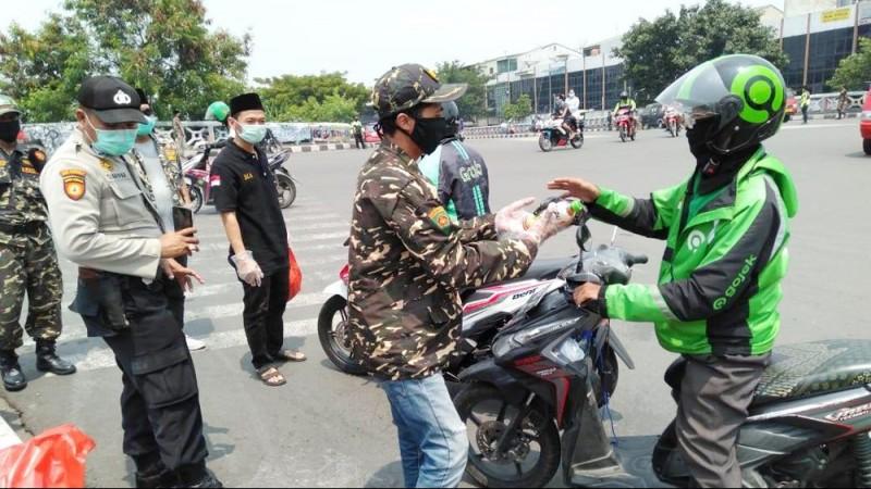 Bantu Terdampak Covid-19, Ansor Jakarta Utara Bagikan Makanan Gratis