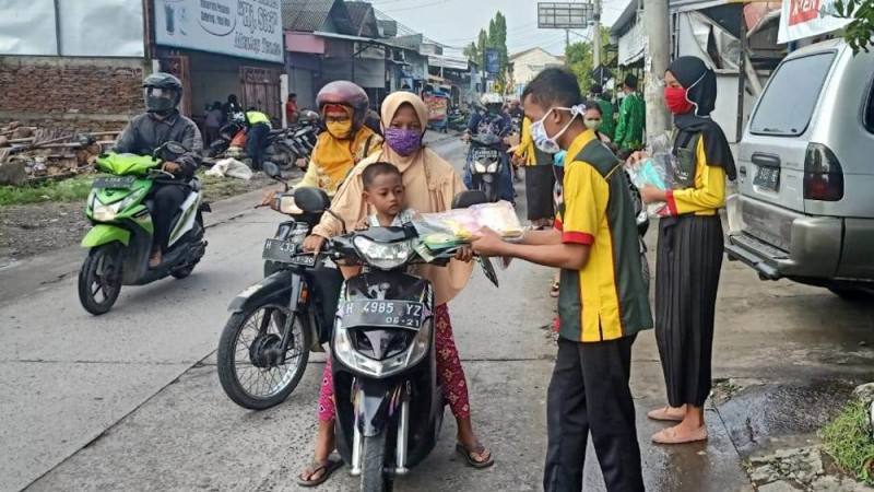 Warga Perbatasan Semarang Demak Apresiasi Pelajar NU Bagi-bagi Masker