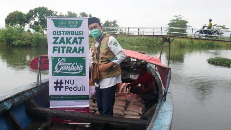 Dengan Naik Perahu, LAZISNU Jatim Salurkan Bantuandari NU Jerman