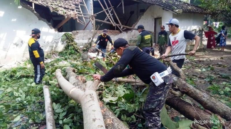 Kepedulian Banser Bantu Korban Angin Ribut di Blitar Diapresiasi Banyak Kalangan