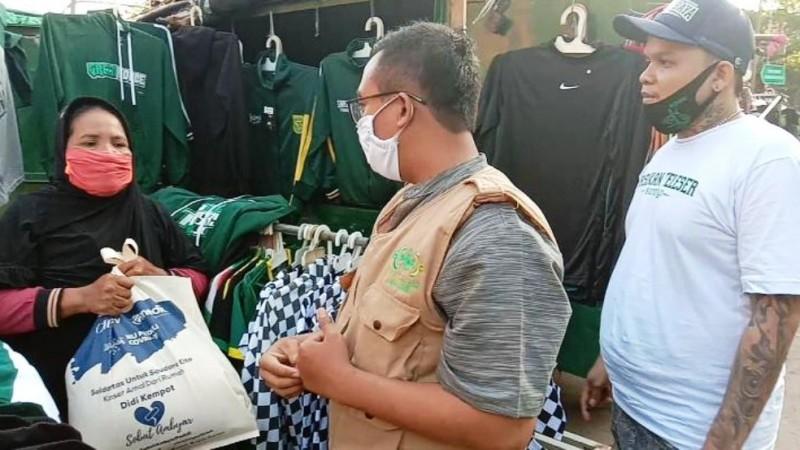 LAZISNU Jatim Gandeng Bonek Bagikan Sembako di Stadion