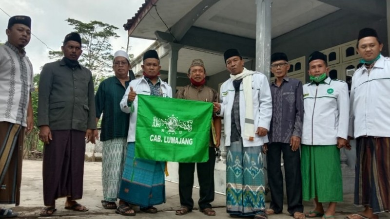 Tim pendataan labelisasi masjid NU berfoto bersama di sebuah masjid yang baru didata. (Foto: NU Online/Aryudi AR)