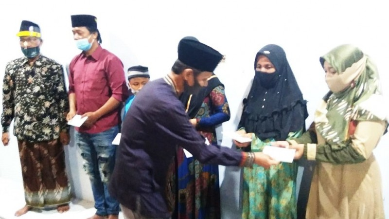 Satu keluarga di Rembang ikrar dua kalimat syahadat yang dipimpin langsung KH Khatib Mabrur di Pondok Pesantren Ta'lim Qur'an Al Abidin Sawahan, Kabupaten Rembang, Jawa Tengah pada Selasa (7/7) malam. (Foto: Nu Online/Ronji)