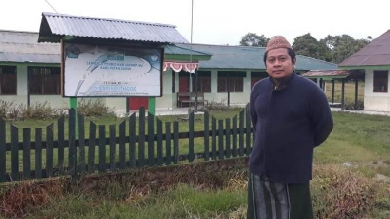 Sekretaris LP Ma'arif NU Papua, Joko Prayitno di depan Sekolah Ma'arif NU di  SP 2 Distrik Bonggo. (Foto: Dok Istimewa)