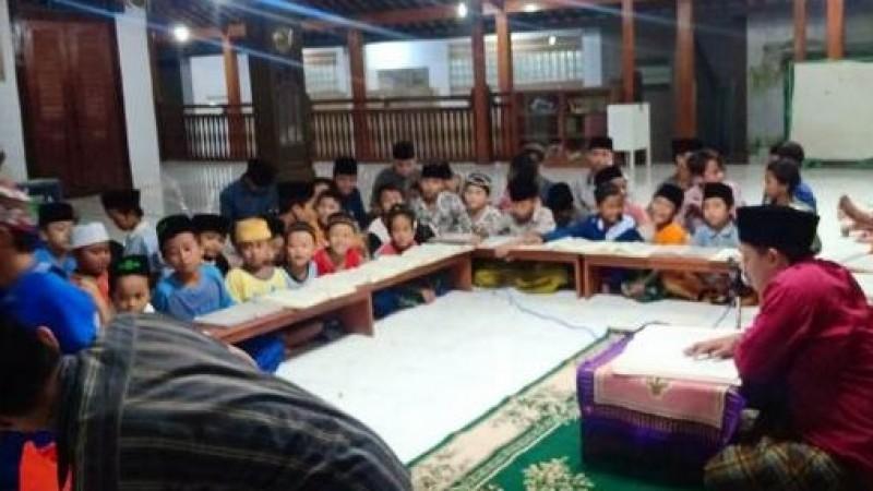 Mengajar Ngaji Kitab Kuning kepada Anak-anak dengan Lagu