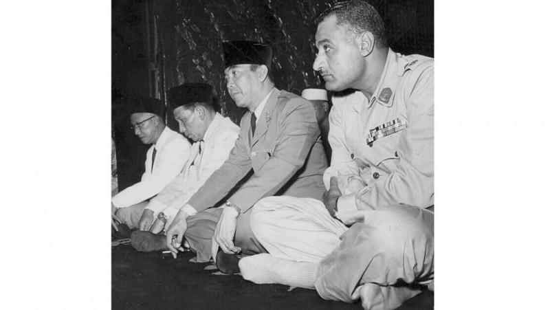 Dari kiri ke kanan: KH Masykur, KH Zainul Arifin, Presiden Sukarno dan Presiden Mesir Abdul Gamal Naser shalat Jumat di Masjid Agung Nasional Mesir tahun 1955