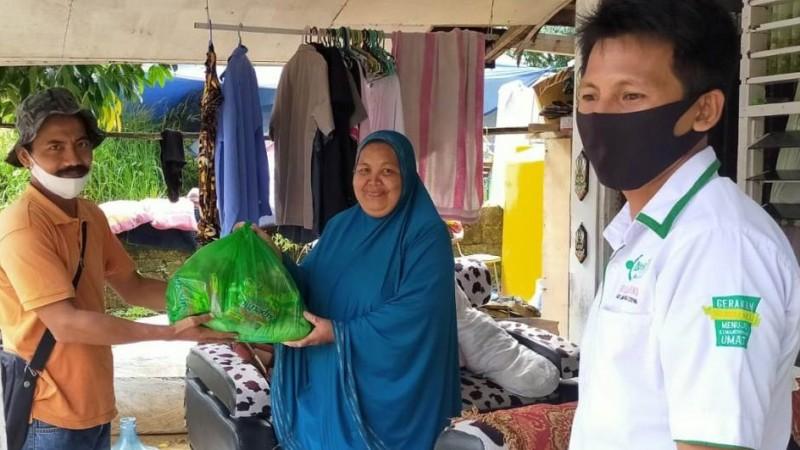 Lewat LAZISNU, Guru Kontrak Sorong Serahkan Bantuan untuk Terdampak Banjir