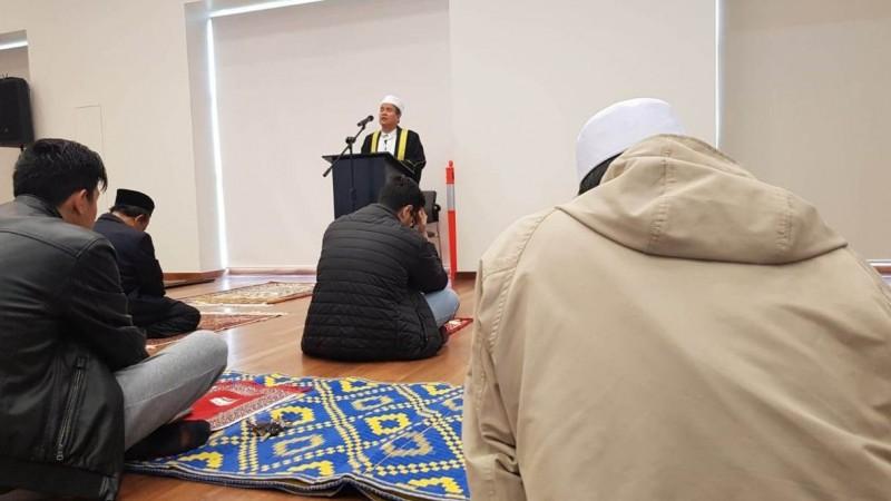 Ustadz Mumu Mubarok  Omo saat menjadi imam dan khatib dalam Shalat Idul Adha di Community Centre,  South Perth, Australia,  Jumat (31/7). (Foto: NU Online/Ridwan)