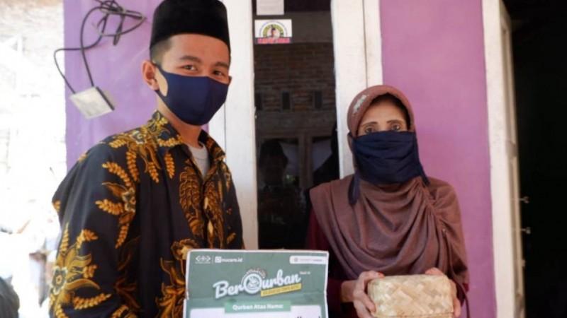 Pondok Darul Amanah Buntet Gunakan Besek Salurkan Daging Kurban LAZISNU