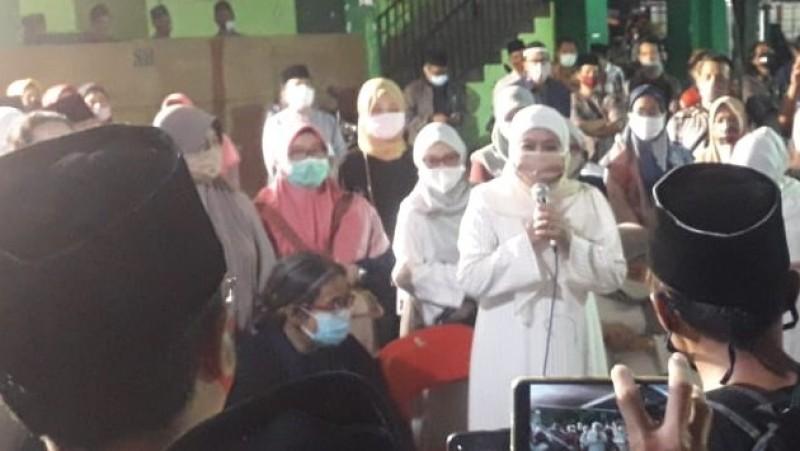 Gubernur Jawa Timur, Khofifah Indar Parawansa memberikan sambutan saat pemakaman Gus Im. (Foto: NU Online/Syarif Abdurrahman)