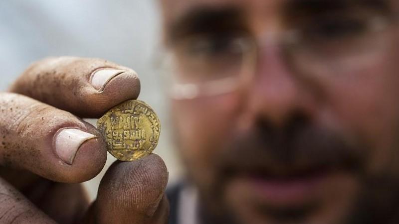 Arkeolog Temukan Koin Emas Islam Era Dinasti Abbasiyah di Israel