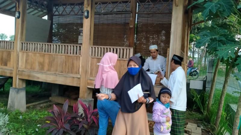 Hindari Corona, Masjid Baitus Salikin Jember Bagi Santunan dengan Drive Thru
