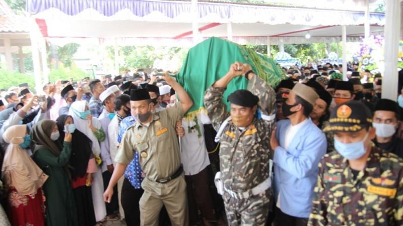 Ribuan Pelayat Iringi Kiai Nasrudin ke Peristirahatan Terakhir