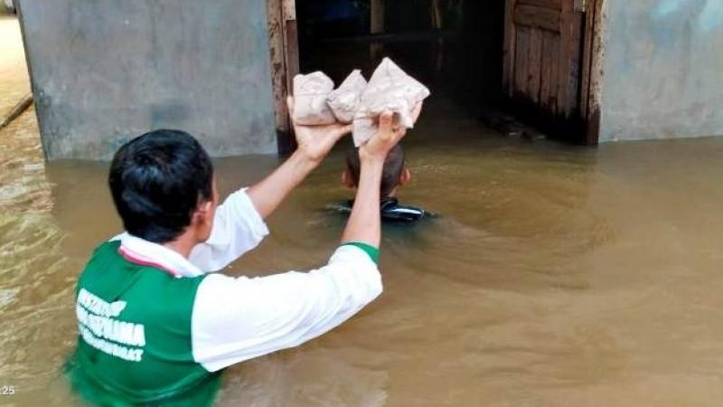 Banjir Parah, NU Melawi dan LAZISNU Antar Makanan dengan Perahu Tambang