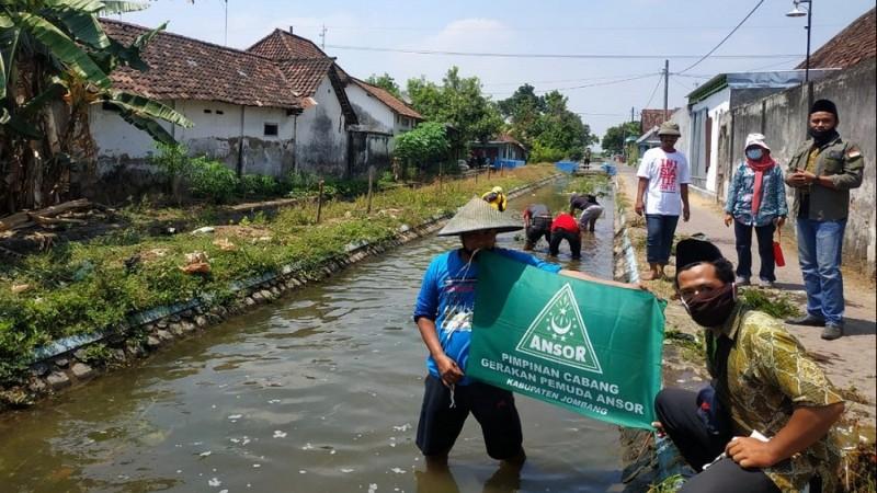 Peringati Hari Tani, Ansor Jombang Bersih-bersih Sungai