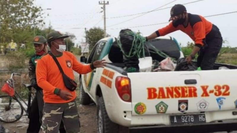 Banser Brebes Bersihkan Sampah setelah Aksi Demonstrasi Tolak UU Cipta Kerja
