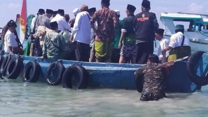 Aksi Banser Terjun ke Laut Selamatkan Perahu yang Membawa Kiai