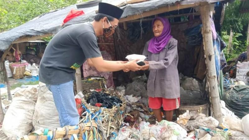 Jumat Berbagi di Rembang Datangi Pencari Limbah Pembuangan Akhir