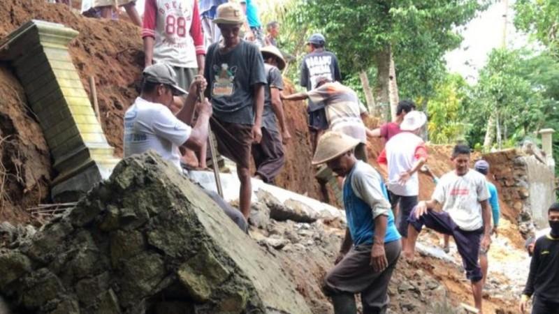 Tanah Longsor di Tahun Baru, Banser Pundong DIY Gotong Royong Bersihkan Reruntuhan