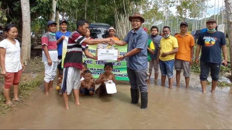 IKA PMII Jember Salurkan Paket Bantuan untuk Korban Banjir Tempurejo