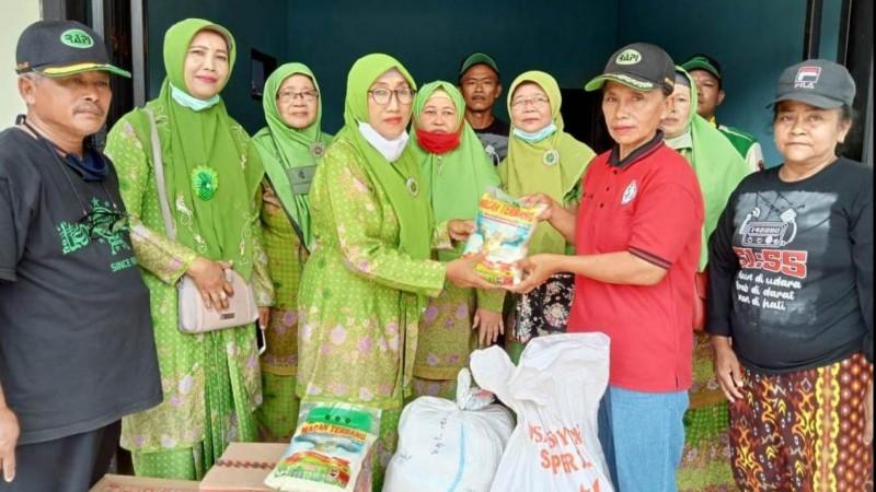 Muslimat NU Jenggawah Jember Bantu Korban Banjir di Wonoasri