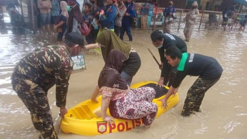 Aksi Banser dan LPBINU Subang Bantu Korban Banjir Pantura