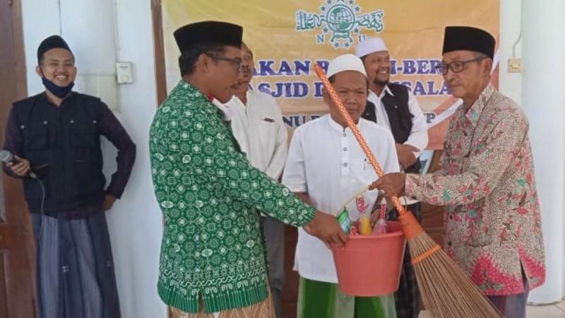 Bersih-bersih Masjid di Sumenep Ajak Masyarakat Cintai dan Hidupkan Masjid