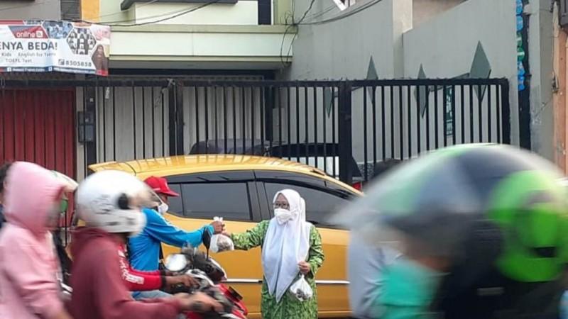 Fatayat NU Jakarta Bagikan Takjil dari Iuran Kader