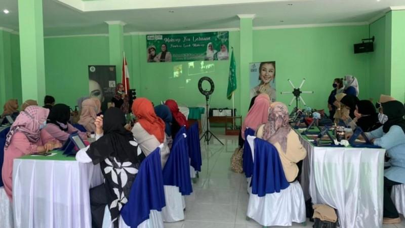 Pelatihan Tata Rias Fatayat NU Bogor Bekal Wirausaha Kecantikan