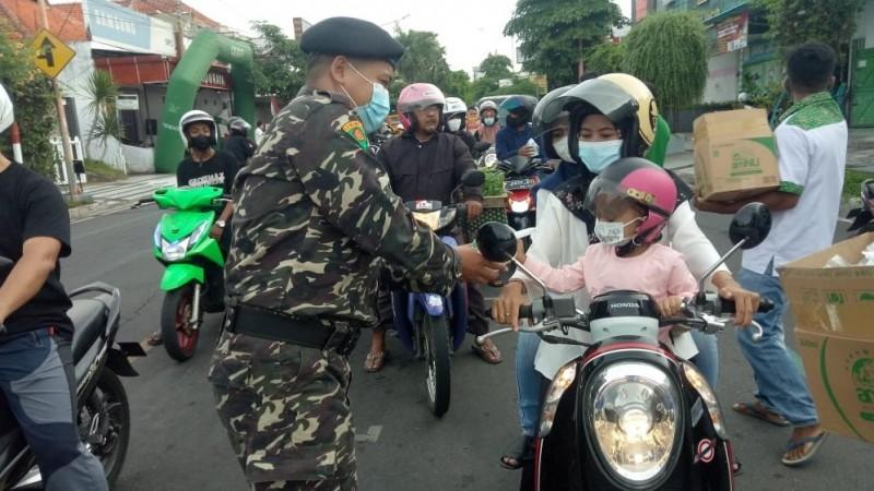 Sambut Harlah Ke-87, Ansor-Banser di Banyuwangi Bagi-bagi Takjil