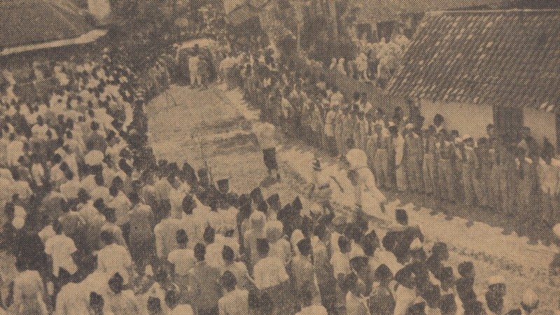 Masyarakat Berdiri Sepanjang Jalan Surabaya-Jombang Sambut Jenazah KH Wahid Hasyim