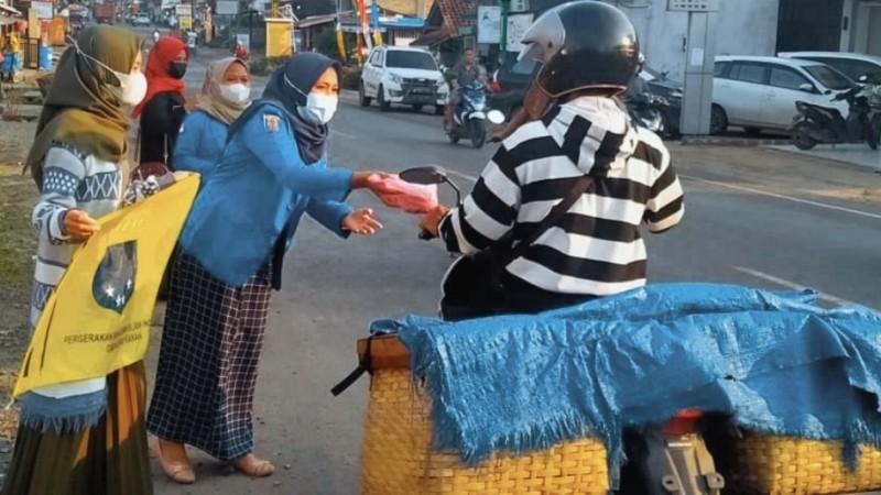 Hari Kartini, Kopri PMII Way Kanan Lampung Bagikan Paket Berbuka Puasa